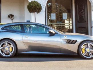 Ein grauer Ferrari GTC4 Lusso steht 2017 vor einem australischen Luxushotel.