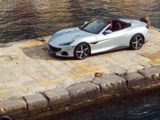 Ein silberner Ferrari Portofino M steht 2020 auf einem Hafenkai in Portofino, Italien.