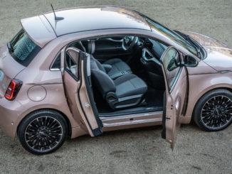 """Ein Fiat 500 Elektro """"3+1"""" steht 2020 auf einer Kiesfläche."""