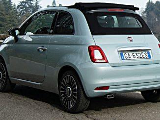 Ein türkiser Fiat 500 Hybrif fährt im Februar 2020 auf einer italienischen Landstraße.