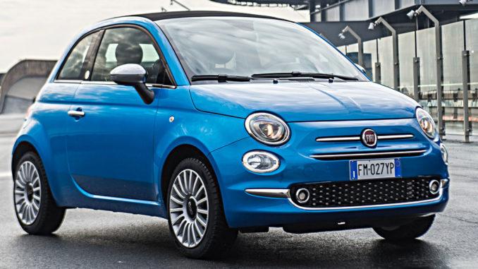 Ein blauer Fiat 500 steht als Mirror Sondermodell auf einer Teststrecke (01/2018)