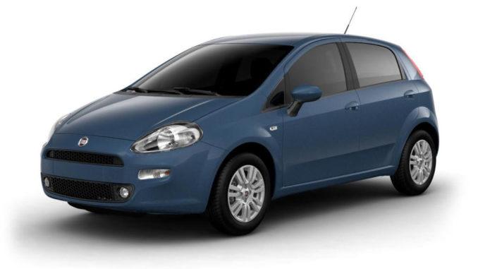 Ein blauer Fiat Punto im Fotostudio