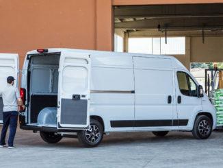 Ein weißer Fiat Professional Ducato (MY 2020) wird im Sommer 2019 beladen.