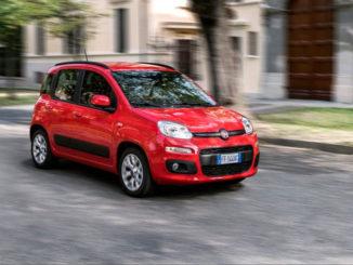Ein roter Fiat Panda fährt 2016 durch eine italienische Stadt.
