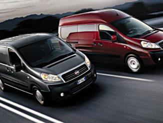 Zwei Fiat Scudo in grau und rot fahren 2013 auf einer italienischen Autobahn.