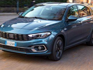 Ein blauer Fiat Tipo Life fährt im Dezember 2020 durch eine italienische Stadt.