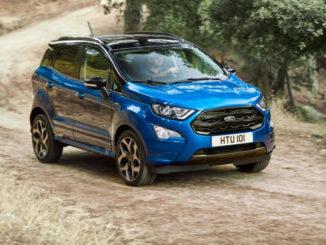 Ein blauer Ford Ecosport fährt 2017 durch einen Olivenhain.
