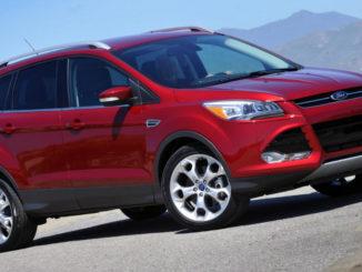 Ein roter Ford Escape steht 2015 vor einem Bergpanorama in den USA.