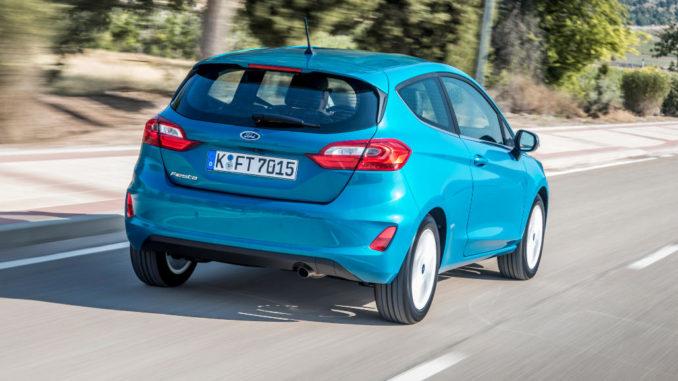 Ein blauer Ford Fiesta fährt im Sommer 2017 auf einer Landstraße.