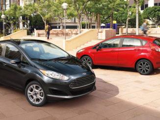 Zwei Karosserievarianen des Ford Fiesta in rot und schwarz stehen auf einem Platz in den USA.