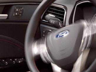 Einparkhilfe in einem Ford Mondeo Titanium.