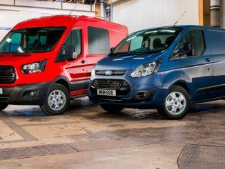 Ein roter Ford Transit und ein blauer Transit Custom stehen 2016 in einer Lagerhalle.