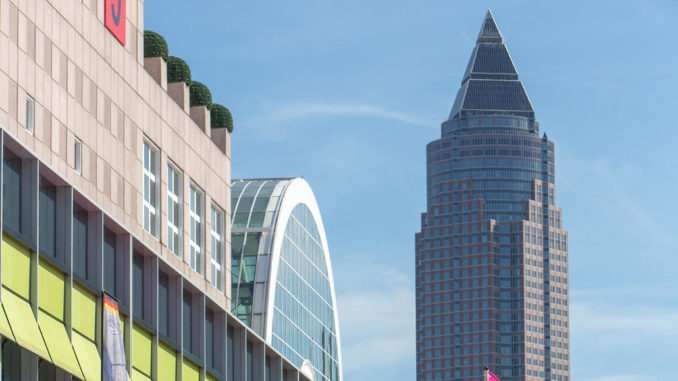 Messegelände Frankfurt mit Halle 9 im Vordergrund und Messeturm im Hintergrund.