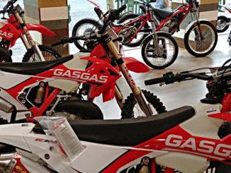 Verkaufsraum eines GasGas-Flagshipstores in Madrid mit Enduro- und Trial-Maschinen.