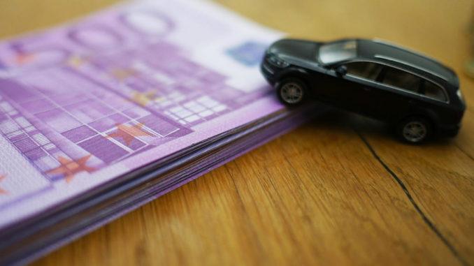 auto finanzieren auto leasen auto kaufen finanzieren modellauto tisch geldbündel