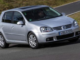 Volkswagen Golf – fünfte Generation in Silber bei einer Kurvenfahrt