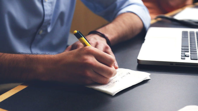 gutachten gutachter schreiben planen schreibtisch notizen stift
