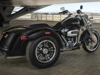 Ein schwarzes Harley-Davidson Trike vom Typ Freewheeler steht 2019 auf einem überdachten Vorplatz.