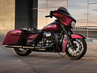 Eine rote Harley-Davidson Street Glide Special (FLHXS) steht auf dem Dach eines Parkhauses.