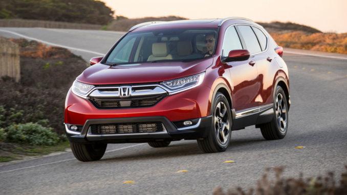 Ein roter Honda CR-V des Modelljahres 2019 fährt auf eine US-Landstraße.