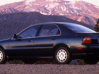 Ein blauer Honda Accord der fünften Generation steht 1994 vor einem Berggipfel.