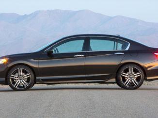 Ein brauner Honda Accord steht 2015 in einer Wüstenlandschaft.