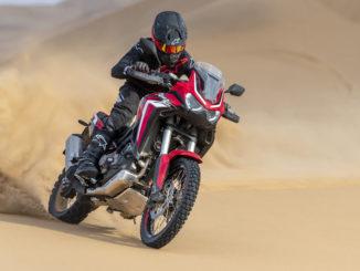 Eine rote Honda CRF1000 (AfricaTwin, MY2020) fährt 2019 durch die Wüste.