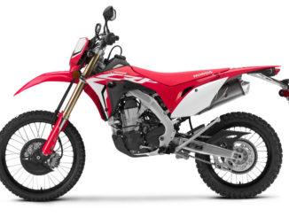 Studioaufnahme einer roten Honda CRF450L des Modelljahres 2019.