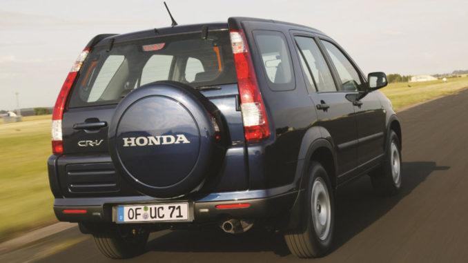Ein blauer Honda CR-V fährt 2005 über eine Landebahn.