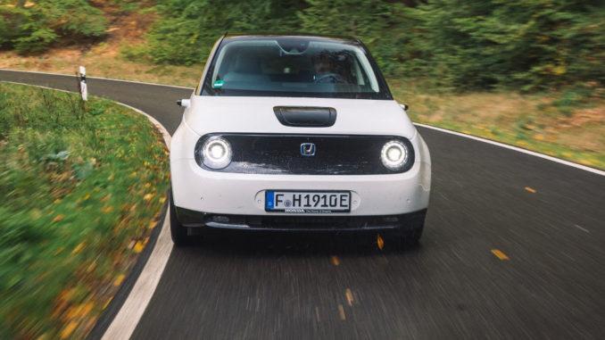 Ein weißer Honda e fährt 2020 auf einer deutschen Landstraße (Honda e, Elektrofahrzeug, Elektromobilität)