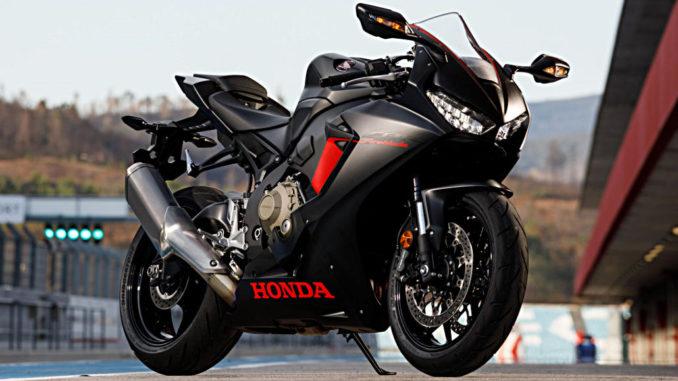 Eine schwarze Honda Fireblade (Honda Fireblade (CBR1000RR) steht 2018 in einer Boxengasse.