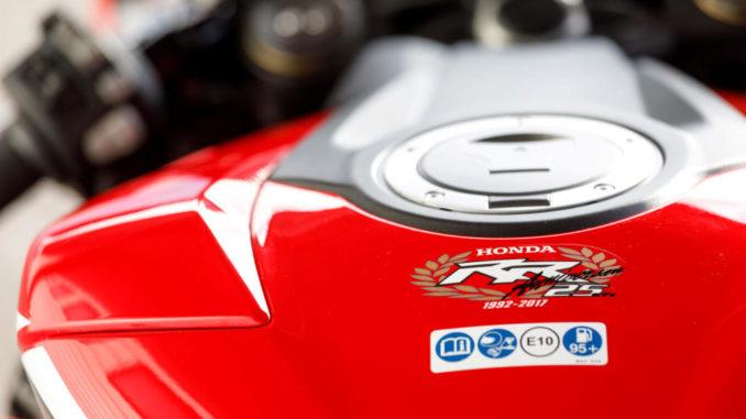 Der Tank einer roten Honda Fireblade (CBR1000RR, Modelljahr 2017) in Großaufnahme.