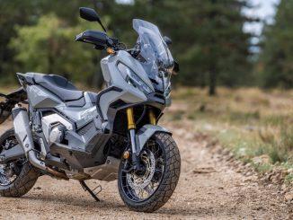 Eine grau schwarze Honda X-ADV750 steht 2021 im Gelände.