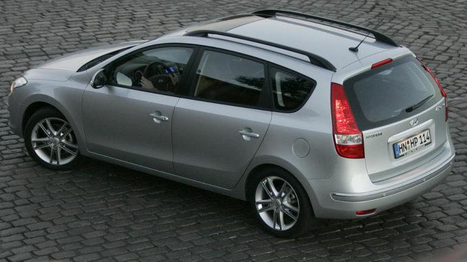 Ein silberner Hyundai i30cw der ersten Generation (FD) steht auf einer gepflasterten Stelle.