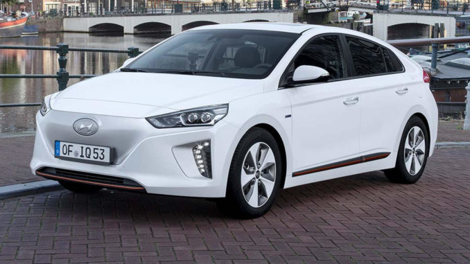 Ein weißer Hyundai Ioniq in der rein elektrisch betriebenen Variante steht vor einer Gracht in Amsterdam.steht