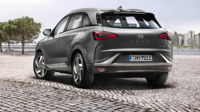 Ein grauer Hyundai Nexo steht 2018 auf einer gepflasterten Fläche.