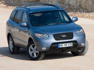 Ein blaugrauer Hyundai Santa Fe steht 2006 auf einer Sandpiste.