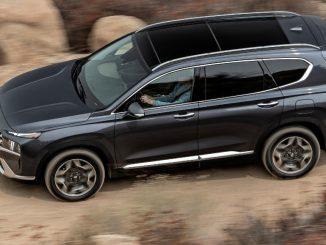 Ein grauer Hyundai Santa Fe fährt 2021 durch eine Wüstenlandschaft.