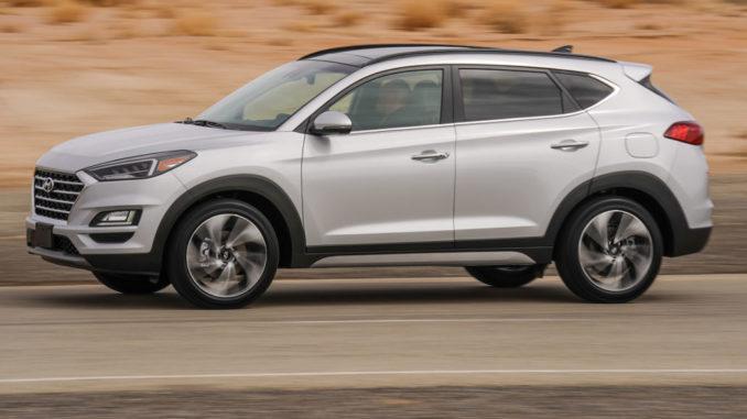Ein silberner Hyundai Tucson fährt im März 2018 durch eine Wüstenlandschaft.
