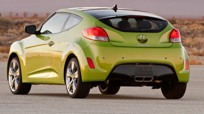 Ein grüner Hyundai Veloster steht 2010 in einer Wüstenlandschaft in den USA.