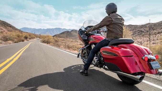 Eine rote Indian Challenger des Modelljahres 2020 unterwegs auf einer US-Landstraße.
