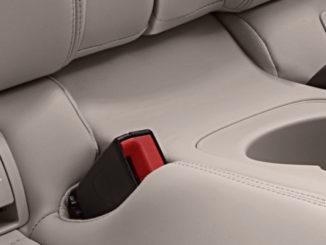 Abdeckung der Isofix-Befestigung in der Mercedes-Benz E-Klasse Cabriolet; 2017; Exterieur: aragonitsilber metallic, AMG Line; Interieur: yachtblau / macchiatobeige; Zierteile: Holz sen hellbraun glänzend