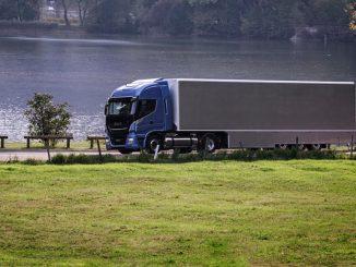 Ein Iveco Stralis Natural Power fährt an einem Seeufer entlang.