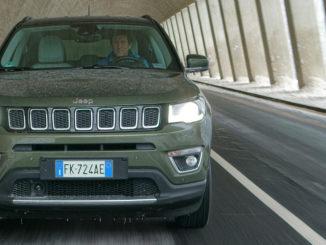 Ein grüner Jeep Compass fährt 2017 durch einen Straßentunnel.