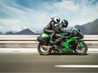 Die Ninja H2 SX und das noch besser ausgestattete Schwestermodell Ninja H2 SX SE sind agile Sporttourer, hier auf das Modelljahr 2018 auf einer Autobahn in den Alpen.