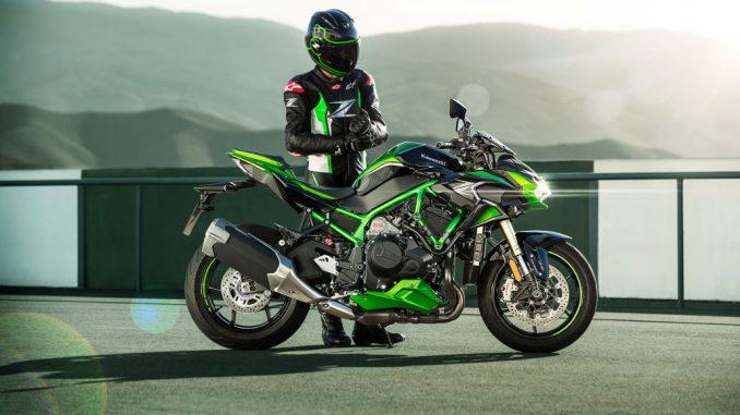 Der Fahrer einer Kawasaki Z H2 SE des Modelljahres 2021 steht am Rande einer Teststrecke.