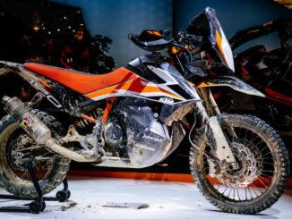 Eine KTM 790 Adventure steht 2017 als Prototyp auf der Motorradmesse EICMA.