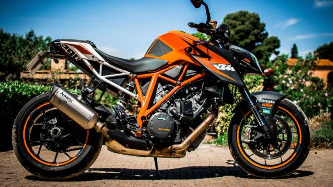superduke super herzog moto fahrzeug geparkt ktm