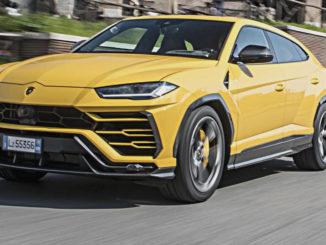 Ein gelber Lamborghini Urus fährt 2018 über römische Straßen.