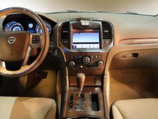 Beiges Cockpit eines Lancia Thema 11/2011